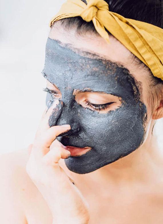 rezeptideen für hausgemachte  kosmetikprodukte wie eine aktivkohle maske gegen akne