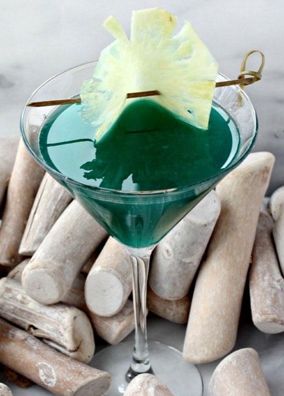 im Sommer leckere Martini Mixgetränke mit Blue Curacao, Amaretto und Rum genießen