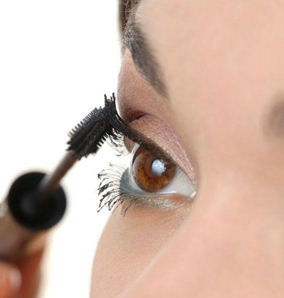 schwarze Mascara aus wenigen Zutaten selber machen
