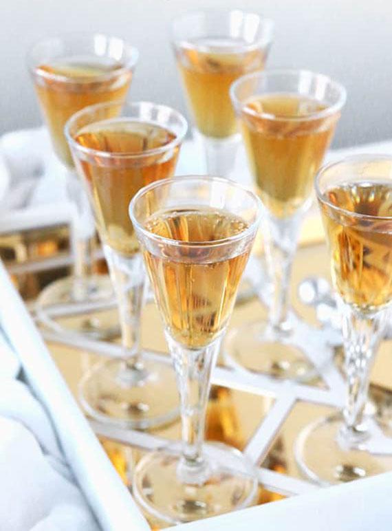 Cocktail-Party zu Hause veranstalten und Butterscotch-Martini Mixgetränke servieren