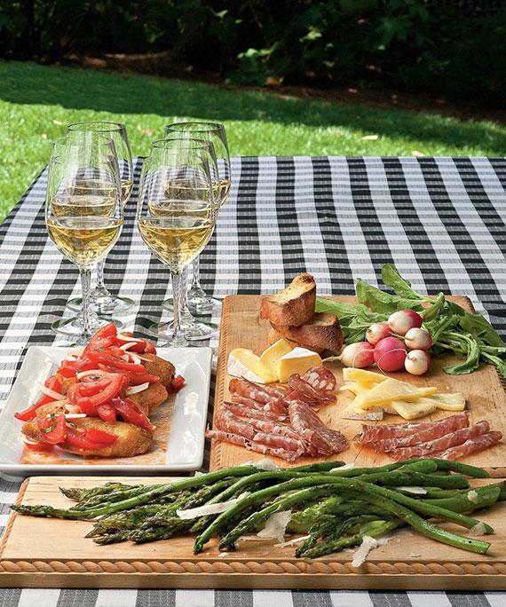 eine Antipasti-Platte ist die perfekte Vorspeise für eine pizza party im freien