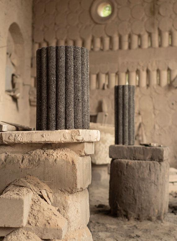 eine skulpturale Möbel-Kollektion aus Vulkangestein für schlichte aber stilvolle Einrichtung mit schwarzen Beistelltischen