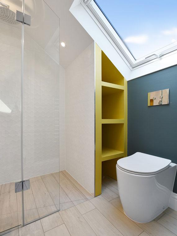 das kleine bad unter dachschräge mit Eibauschrenken und Dachschrägenregalen farbenfroh und praktisch gestalten