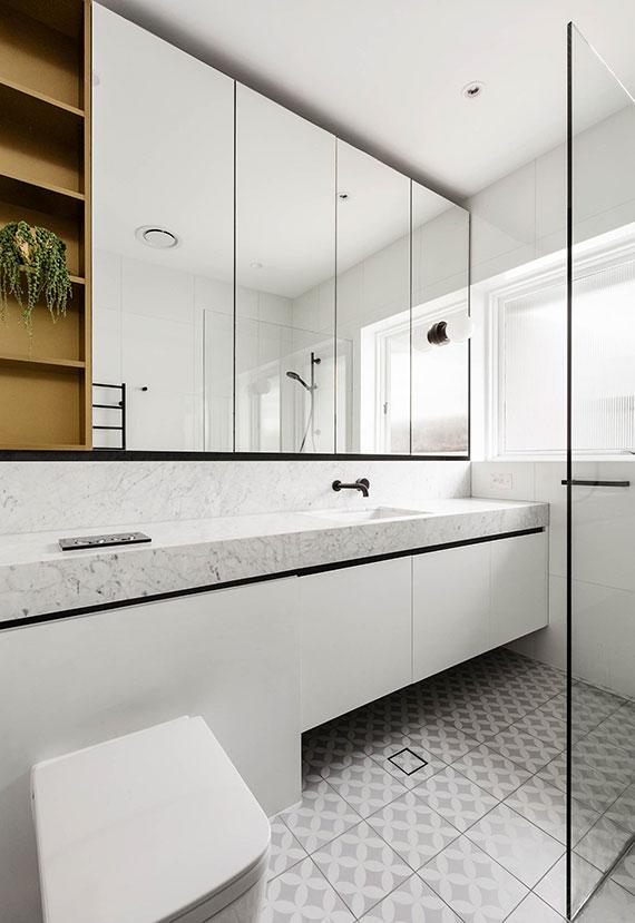 kleine badezimmer effektvoll und modern einrichten mit platzsparenden spiegel-einbauschränken für praktische aufbewahrung aller möglichen Badutensilien