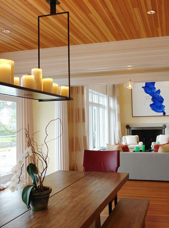 Wohnzimmer gemütlich gestalten, heißt es warme Farbtemperaturen und indirekte Lichtquellen mit Kerzenlicht kombinieren