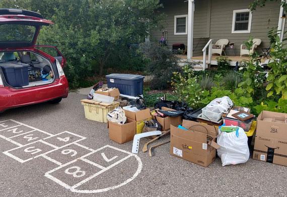 bei Entrümpeln die aussortierten Dinge zum Entsorgen und Spenden in die entsprechenden Kisten verpacken und so schnell wie möglich wegbringen