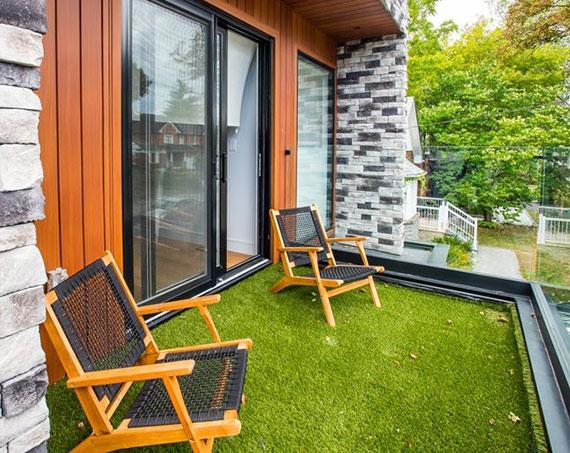 ein Kunstrasen-Bodenbelag ist sehr strapazierfähig, verliert grüne Farbe nie und kann ohne Rückstände wieder entfernt werden