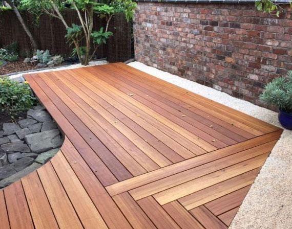 Ein Terrassenbelag aus Holz wirkt warm und wohnlich