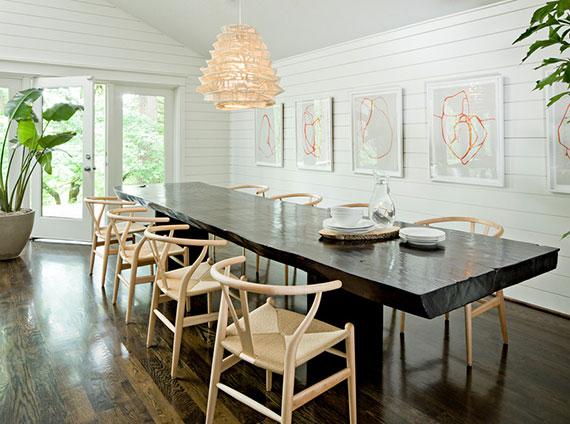 moderne esszimmer einrichtung mit schwarzem esstisch aus massivholz und Wishbone Holzstühlen mit gewebtem Sitz