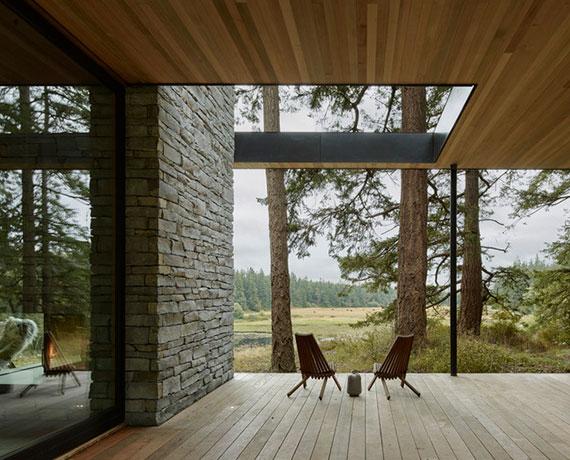 nahtlose Verbindung zwischen Innen- und Außenbereich schaffen mit einer überdachten Holzterrasse am Haus