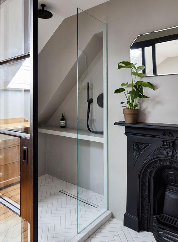 kreative und stylische Raumlösungen für optimale Einrichtung kleiner Badezimmer mit Einbauschränken und Einbauregalen für mehr Stauraum im kleinen Bad