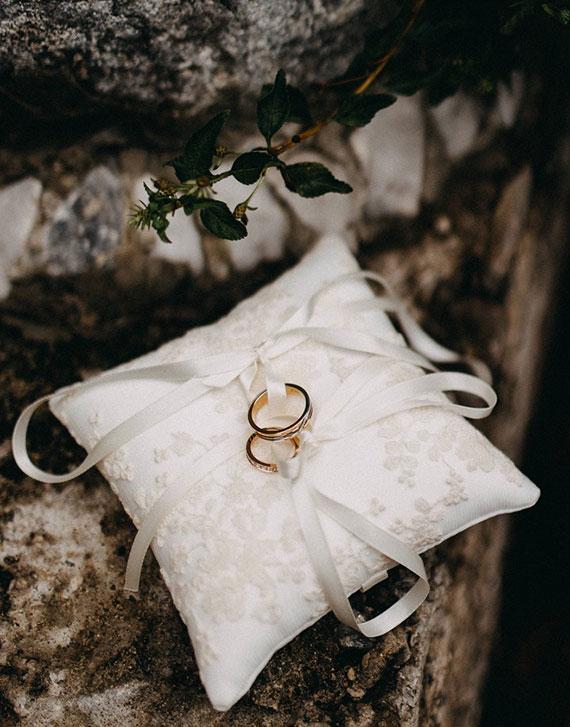 eine naturverbundene Idee für den Ringtausch mit Eheringen auf edlem Ringkissen