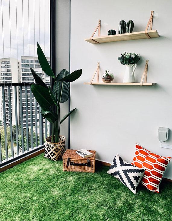 Balkon und Terrasse wohnlich gestalten mit einem Kunstrasen Teppich und stylisch dekorieren mit bunten Kdekokissen und diy wandregalen für topfblumen