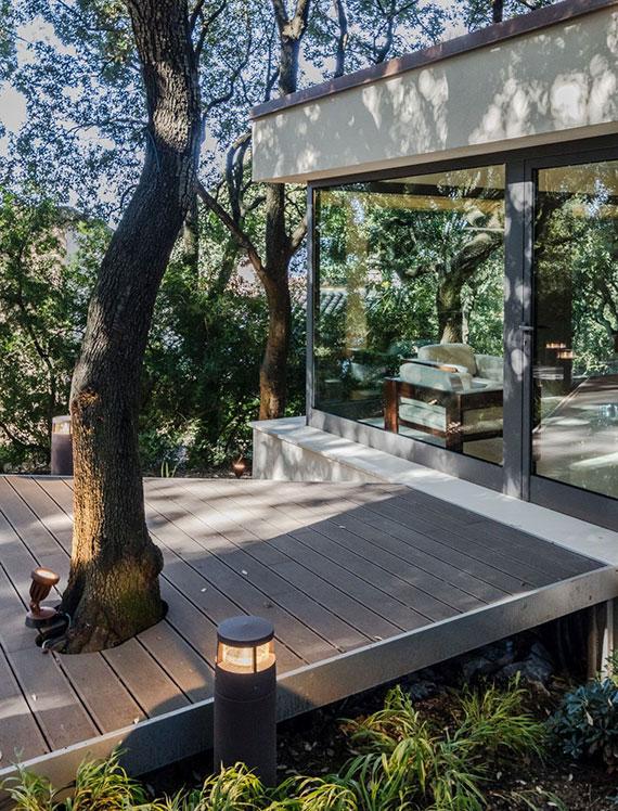 einer der schönsten Bereiche für eine Holzterrasse im Garten ist der Platz unter einem Baum