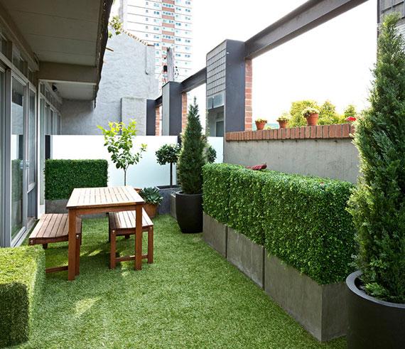 außer als Dachbegrünung ist ein grüner Rasenteppich optimal für naturnahe Gartengestaltung auf Balkons und Innenhöfen