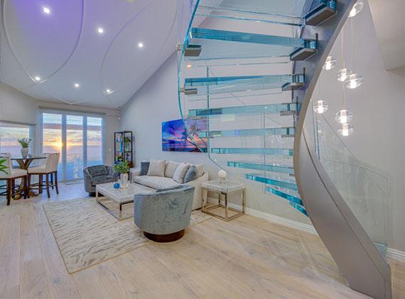 Kombination aus Glas und Metall für elegantes Treppendesign einer wendeltreppe im wohnzimmer