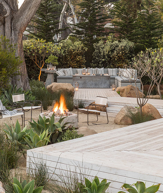 gemütliche sitzecken im garten definieren mittels holzpodesten als terrassen und gartenwege