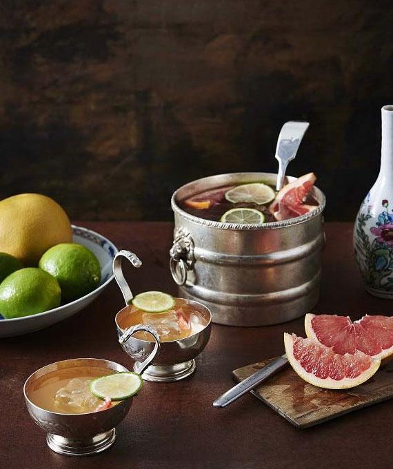Punsch mit Kokoswasser, Jasmin Tee, Rum und Oleo Saccharum