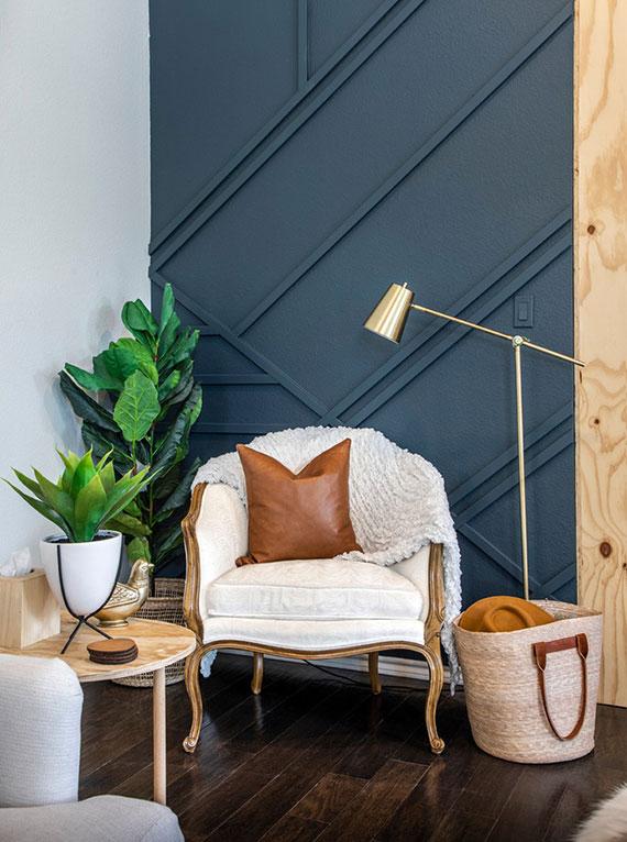 ein Wohnzimmer mit dunkler Wandfarbe stilvoll und harmonisch  mit helleren Möbelstücken und Accessoires ausstatten