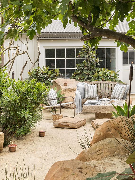 ein geheimer Zaubergarten gestalten mit gemütlicher Sitzecke zwischen Felsen und Guavenbäumen