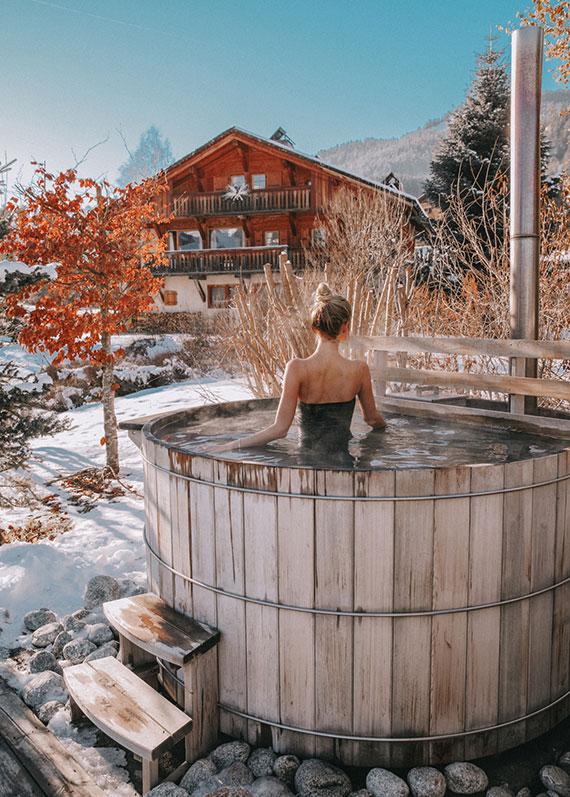 mit einem hot tub kann man sogar im winter draußen im heißen Wasser baden und dabei in die Sterne schauen