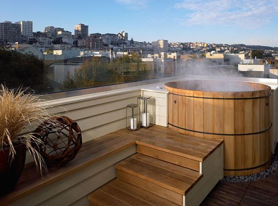 genannt hot tube oder Badefass ist die Badetonne eine klassische, rustikale Einrichtung