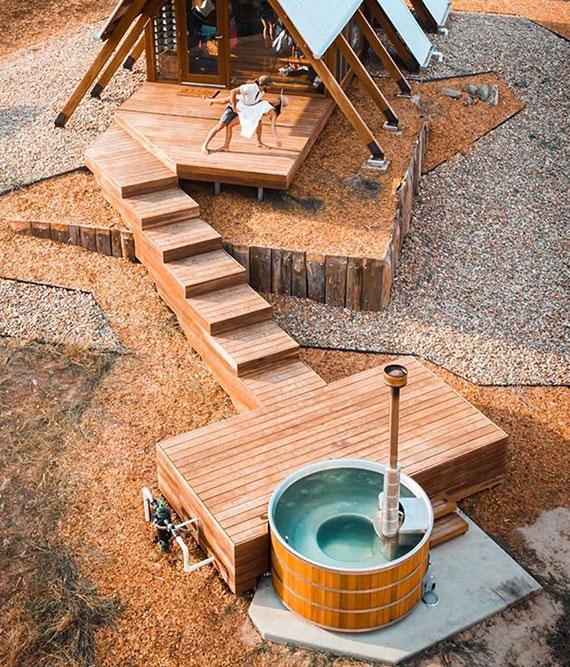 ausgestattet mit einem Außen- oder Innenofen wird das traditionelle Badefass mit holz befeuert und daher nur für Außenbereich geeignet