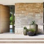 Eingangstüren vermitteln häufig den ersten Eindruck von einem Gebäude und sind somit eine Art Aushängeschild