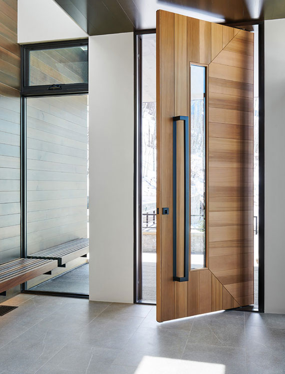 moderne Haustüren_eingangstür mit schlichtem design in holzoptik, schwarzem stoßgriff und verglasung