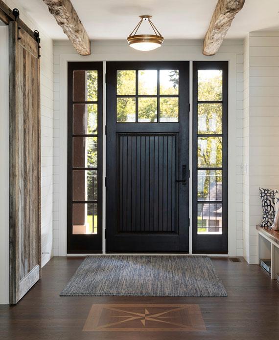schwarze Haustür im klassischen Stil mit Verglasung und seitenfenstern als Akzent im Eingangsbereich