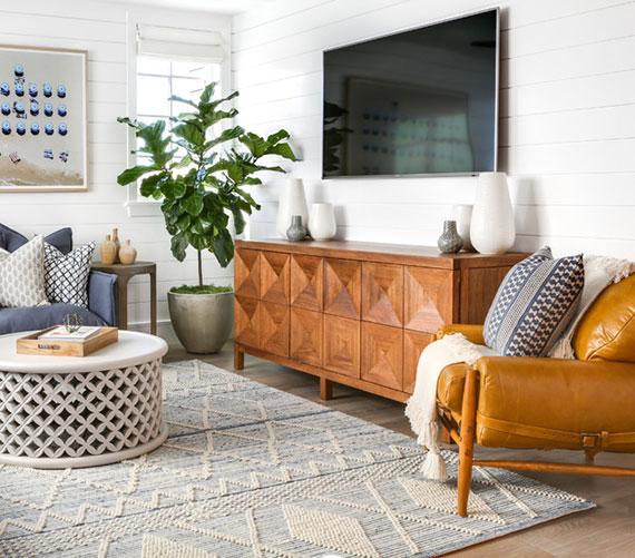 mit einem Teppich aus Baumwolle oder Schurwolle dem Raum eine warme Atmosphäre verliehen