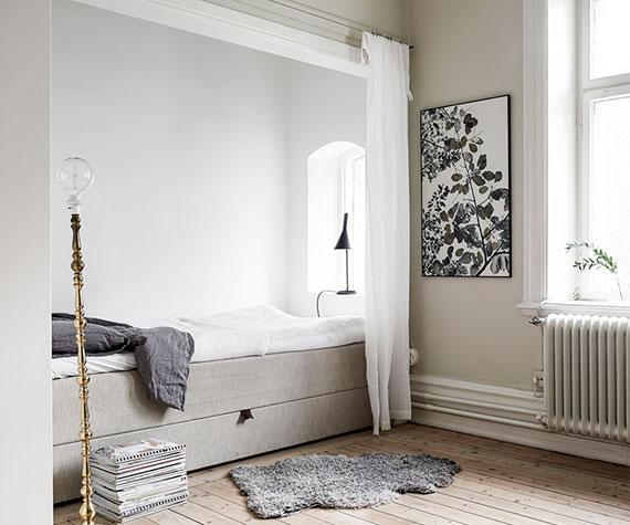 kleine wohnung im skandinavischen stil mit schlafecke im wohnzimmer als alkoven mit gewölbtem fenster und vorhang