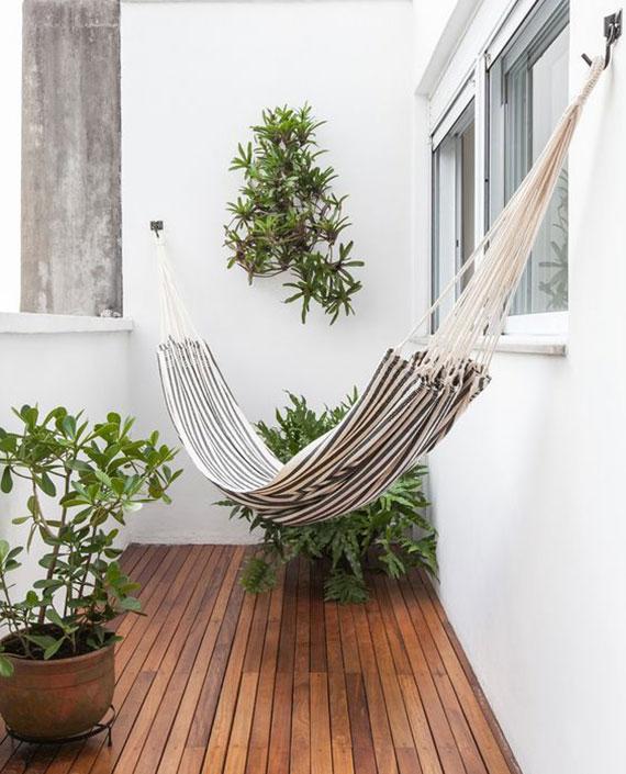 kleiner balkon mit holzboden stylisch einrichten mit tuchhängematte