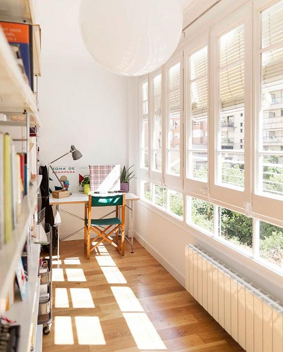 verwandeln sie die loggia in gut organisiertes home office mit tageslicht und bücherregalen