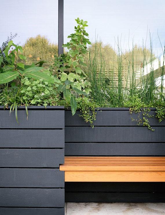 DIY Holzhochbeet mit integrierter Sitzbank als schöne Möblierung für Terrasse und garten