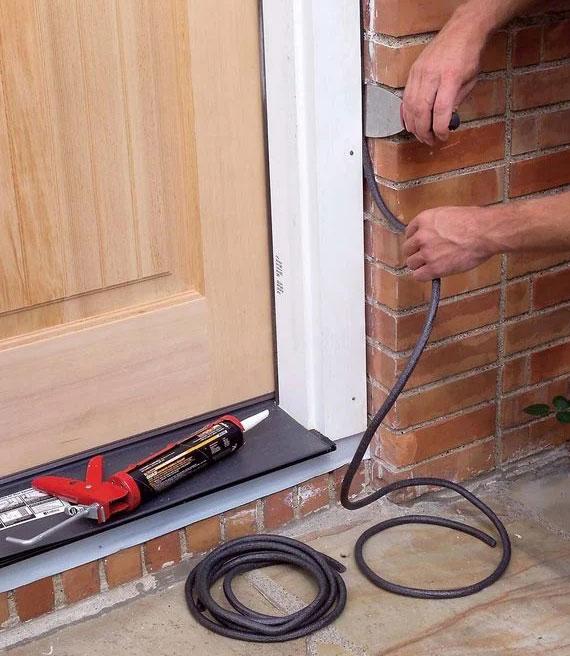 die sorgfältige Abdichtung von Haustüren dient dem wichtigen und wirksamen Schutz vor Baufolgeschäden