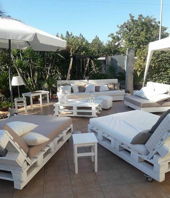 terrasse im sommer einrichten mit sitzgruppe von einzelnen diy Paletten-Liegestühlen in weiß