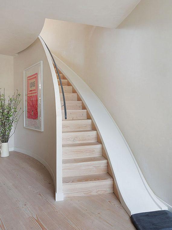 schöne Wohnidee mit Rutsche entlang der Treppe für eine ausgefallene  und kinderfreundliche Inneneinrichtung