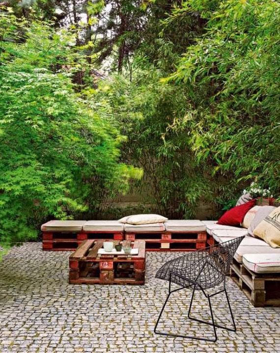 ideen für schöne Gartenmöbel aus Transportpaletten mit Vintage-Design für effektvolle gestaltung einer sitzecke im garten mit pflasterboden