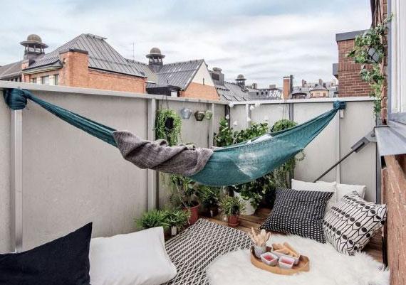die schnellste Methode für Montage einer  eine Hängematte am Balkon ist das Anhängen am Geländer