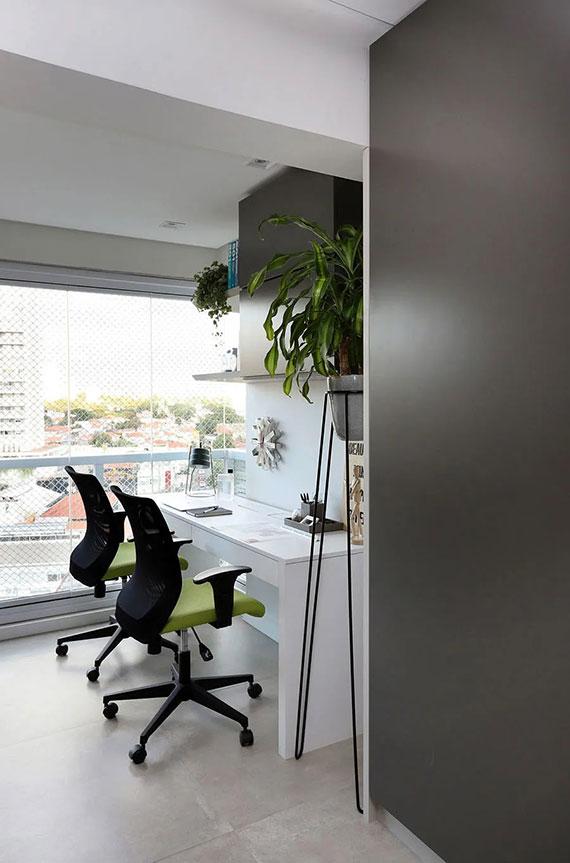 terrasse zum wohnraum umbauen und dort ein kompaktes homeoffice mit schreibtisch einrichten