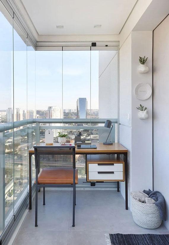 mit einer Dreh-Schiebe-Verglasung lässt die Terrasse als komfortable Arbeitsecke nutzen