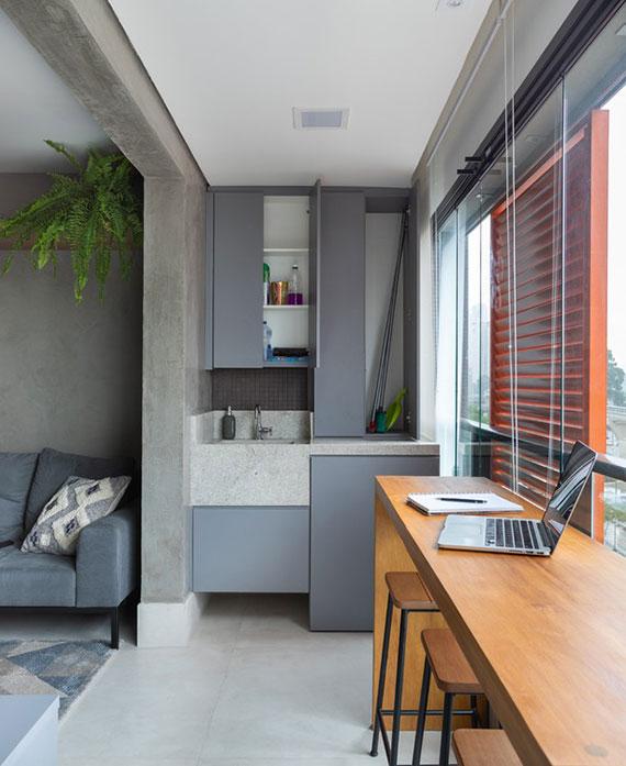 arbeitsplatz auf dem balkon einrichten mit einer bartisch aus holz als alternative für einen steharbeitsplat
