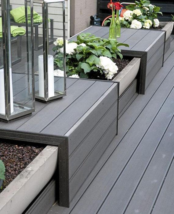 terrasse kreativ einrichten mit einer Sitzbank aus Betonkasten für Blumen und einzelnen Sitzplätzen aus WPC Holz