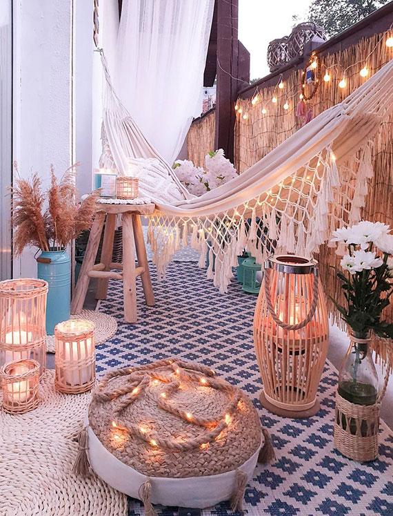der kleine balkon in Urlaubsort verwandeln durch passende sommergestaltung mit vielen kerzen und einer gewobenen tuchhängematte