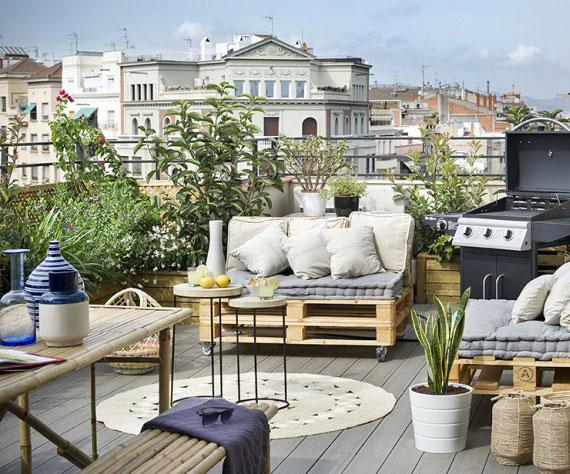 schöne einrichtungsidee für eine Grillparty auf der Terrasse mit passenden Gartenmöbeln aus europaletten