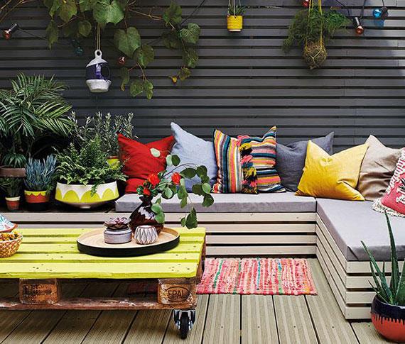 terrasse und hof farbenfroh und gemütlich gestalten durch die verarbeitung alter transportpaletten in bunte gartenmöbel