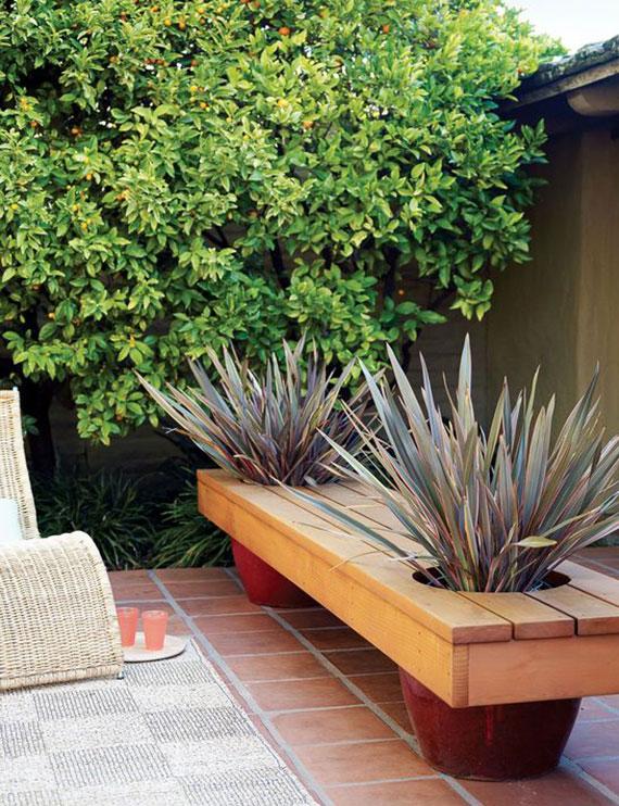 einfache gartenbank mit zwei großen runden pflanzkübeln selber basteln