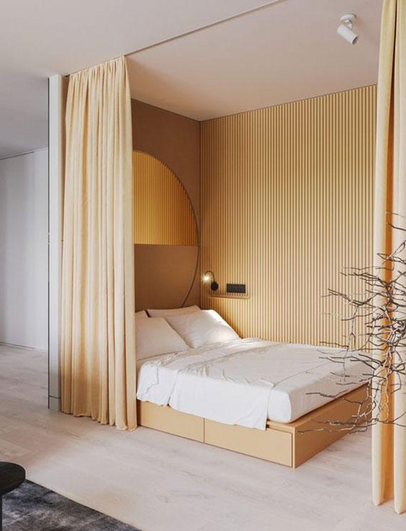 der schlafbereich als kleiner nebenraum mit rundem spiegel, holzwandverkleidung und vorhang im wohnzimmer gestalten