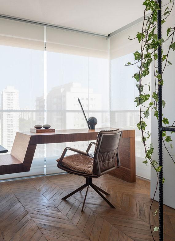 ein modernes homeoffice im wohnzimmer einrichten mit designer holztisch und schöner aussicht